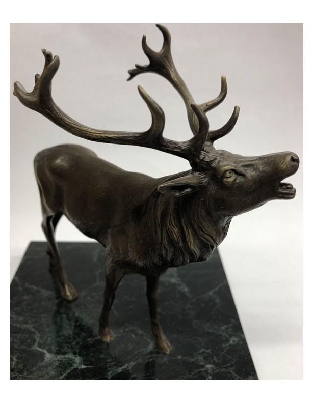 Rzeźba jelenia w brązie na marmurowej podstawie